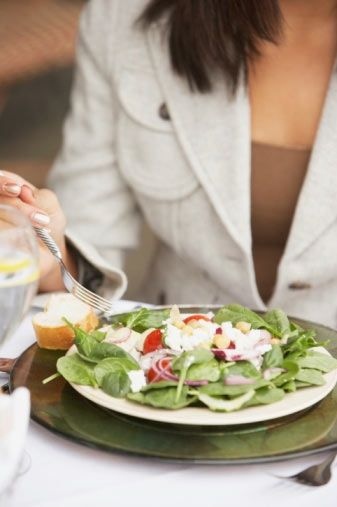 7. gün Kahvaltı: yağsız yoğurt, bir kivi ve bir tatlı kaşığı balla hazırlanmış bir kase müsli.  Saat 10.00: Bir avuç kuru meyve Öğle: Bir adet ızgara tavuk, 2 dilim kepekli ekmek Akşam: Beyaz peynirli domates salatası, 2 dilim kepekli ekmek